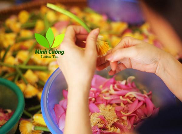Công đoạn tách gạo sen được thực hiện thủ công với đôi tay khéo léo