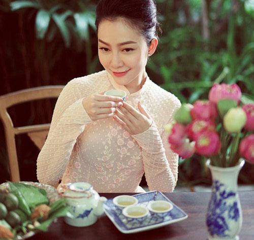 Linh Nga là một trong những người nổi tiếng nghiện trà ướp sen Hồ Tây