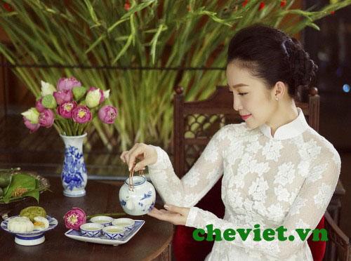 Diễn viên linh nga thưởng trà sen Hồ Tây