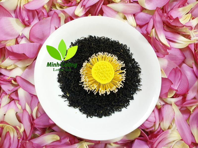 Trà ướp sen Tây Hồ là thức quà vô cùng đặc sắc của người Hà thành. Trong ảnh là hình ảnh cánh trà ướp sen kỹ (trà ướp gạo sen)