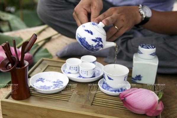 uống trà sen Tây Hồ