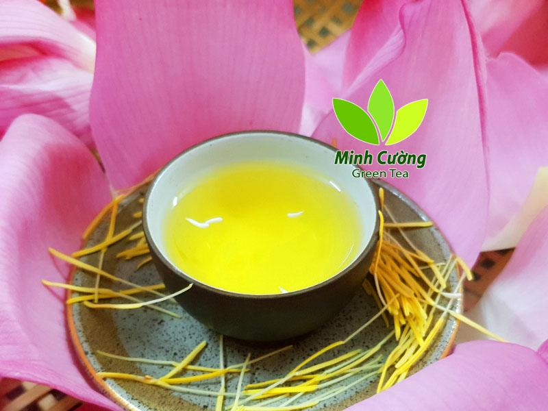 Chén trà ướp hoa sen tươi chứa đựng hương vị đất trời