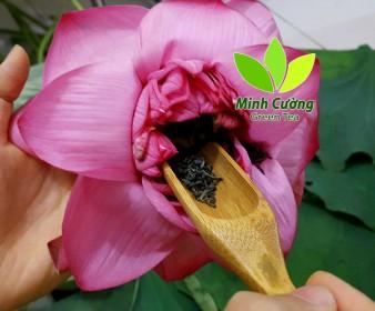 Công đoạn cho trà vào trong hoa sen