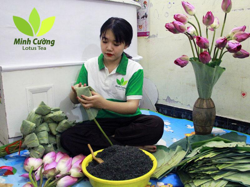 Thợ trà sen Minh Cường ướp trà trong búp sen