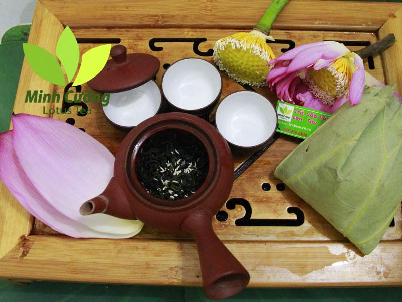 Bạn tách cánh sen, lấy trà và nhụy sen (màu trắng) bỏ vào ấm