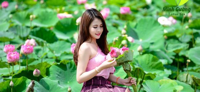Nữ sinh Lào khoe dáng bên hoa sen Hồ Tây
