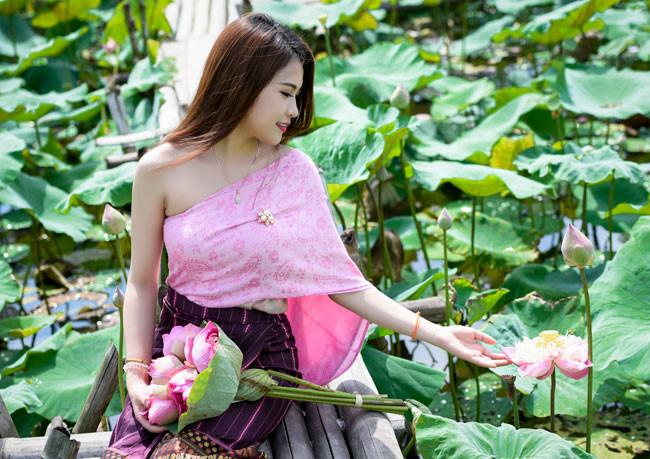 cùng ngắm ảnh Mimie Anisone - Nữ sinh Lào khoe dáng bên hoa sen Hồ Tây nhé