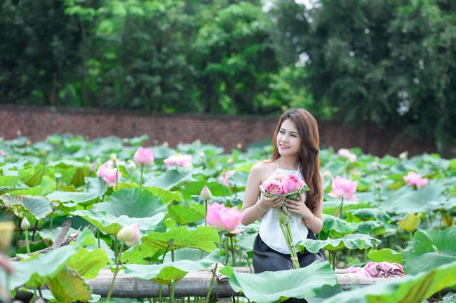 Trong bộ quốc phục, nữ sinh Lào thả hồn giữa đầm sen thơm ngát.