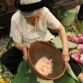 Tuổi cao, mỗi năm bà Dần cùng con cháu vẫn làm gần chục kg trà sen để tặng cho người quen thân.