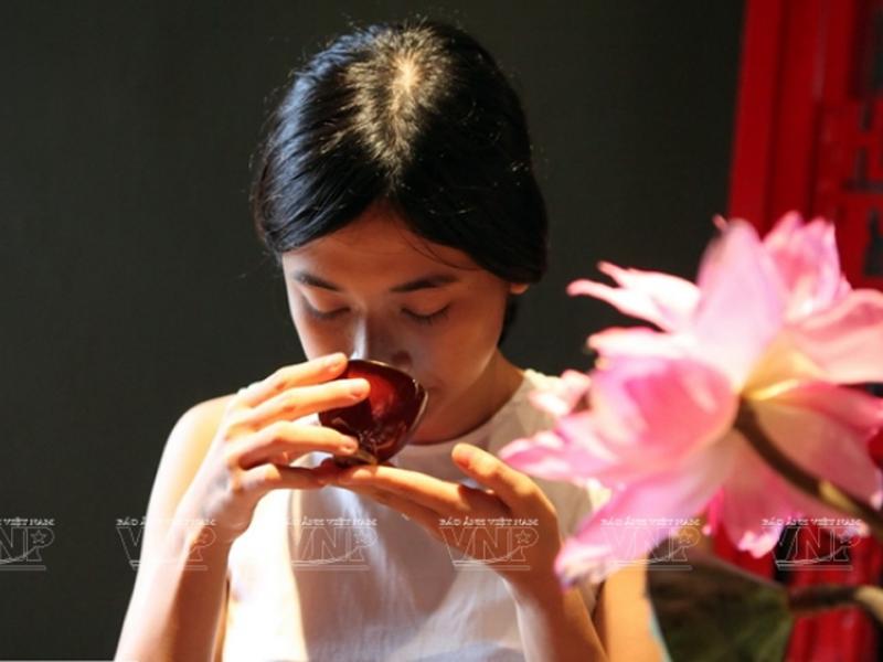 Thiếu nữ Hà thành uống trà ướp sen