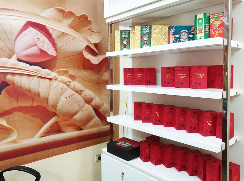 Một góc cửa hàng Trà sen Minh Cường, thương hiệu uy tín bán các sản phẩm trà ướp hương sen Hà Nội