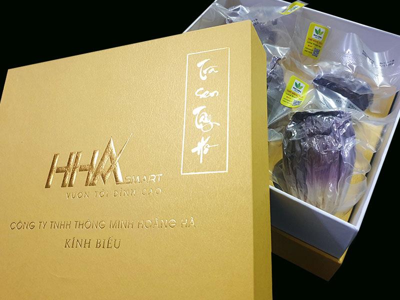 Một trong nhiều khách hàng của Trà sen Minh Cường đặt trà sen in logo làm quà Tết
